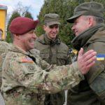 Инструктор НАТО поощряет военнослужащего ВСУ