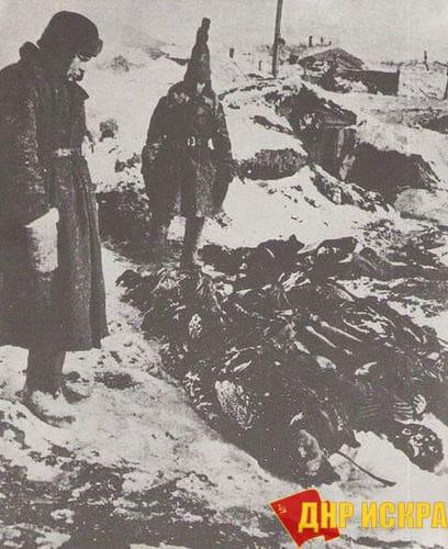 """Советские солдаты после капитуляции Шестой армии вермахта на месте концлагеря """"Питомник"""", где были найдены замёрзшие тела тысяч красноармейцев."""