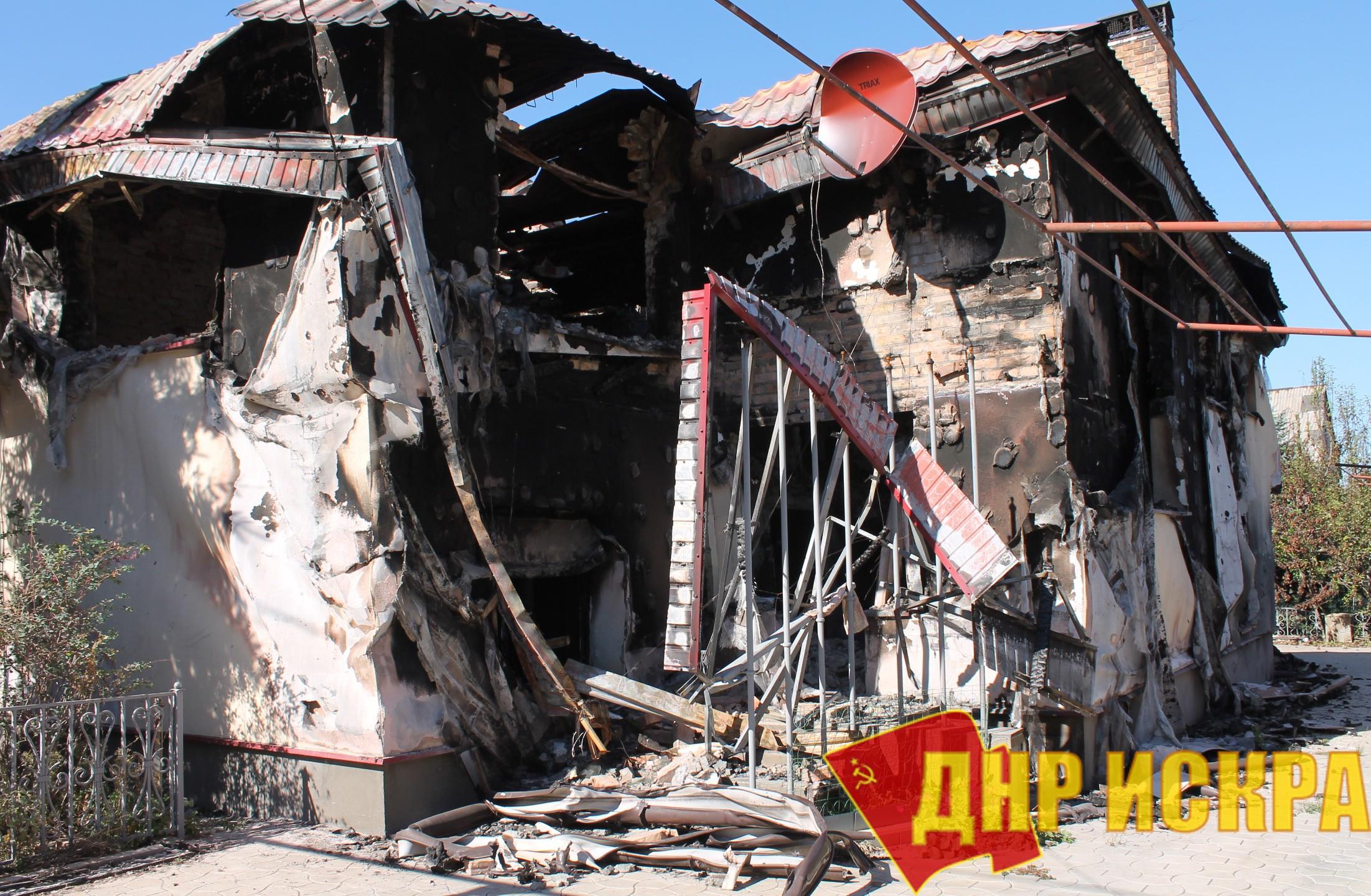 Разрушенный в результате обстрелов жилой дом в поселке Спартак Донецкой области.