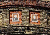 Депутаты горсовета Новгород-Северского в Черниговской области неожиданно защитили мозаичные портреты Ленина и Сталина от уничтожения в рамках декоммунизации.