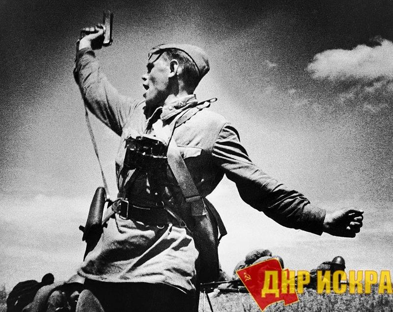 На снимке - младший политрук Алексей Гордеевич Ерёменко (до войны - председатель колхоза), погибший через несколько минут после выполнения фотографии.