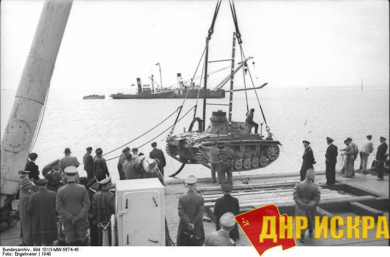 На фото: 1940 год. Франция. Испытания немецкого танка подводного хода Tauchpanzer III во время подготовки к операции «Морской лев».