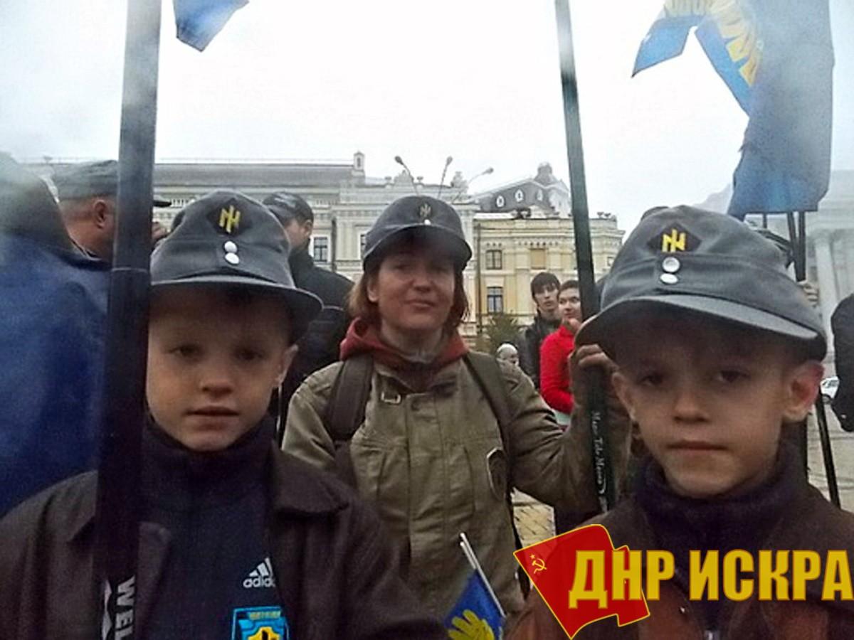 Фашисты обучают фашизму детей на Украине.