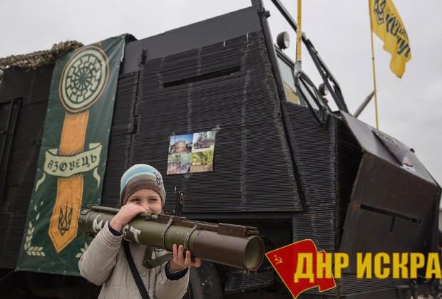 Ребенок с гранатометом на фоне эмблемы лагеря «Азовец» Фото: страница «Азовец» во «ВКонтакте»