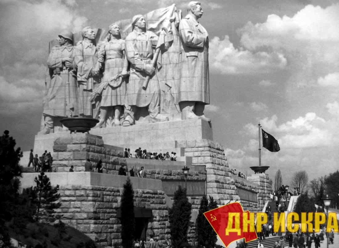 Памятник Сталину в Праге, установленный в 1955 году и варварски взорванный в 1962-ом.