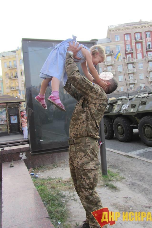 Пока боец ВСУ воюет в Донбассе, его жену сдвумя малолетними детьми вгороде Кременец Тернопольской области выселяют изсобственного жилья.