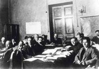 Фото. В. И. Ленин председательствует на заседании Совнаркома 17 октября 1918 г. В группе – Ленин, Томский, Радек, Чичерин, Карахан, Троцкий, Рыков. г.