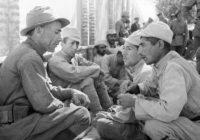 Фото: Красноармеец беседует с солдатом иранской армии.