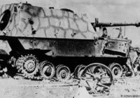 На фото: Подбитая немецкая самоходная артиллерийская установка