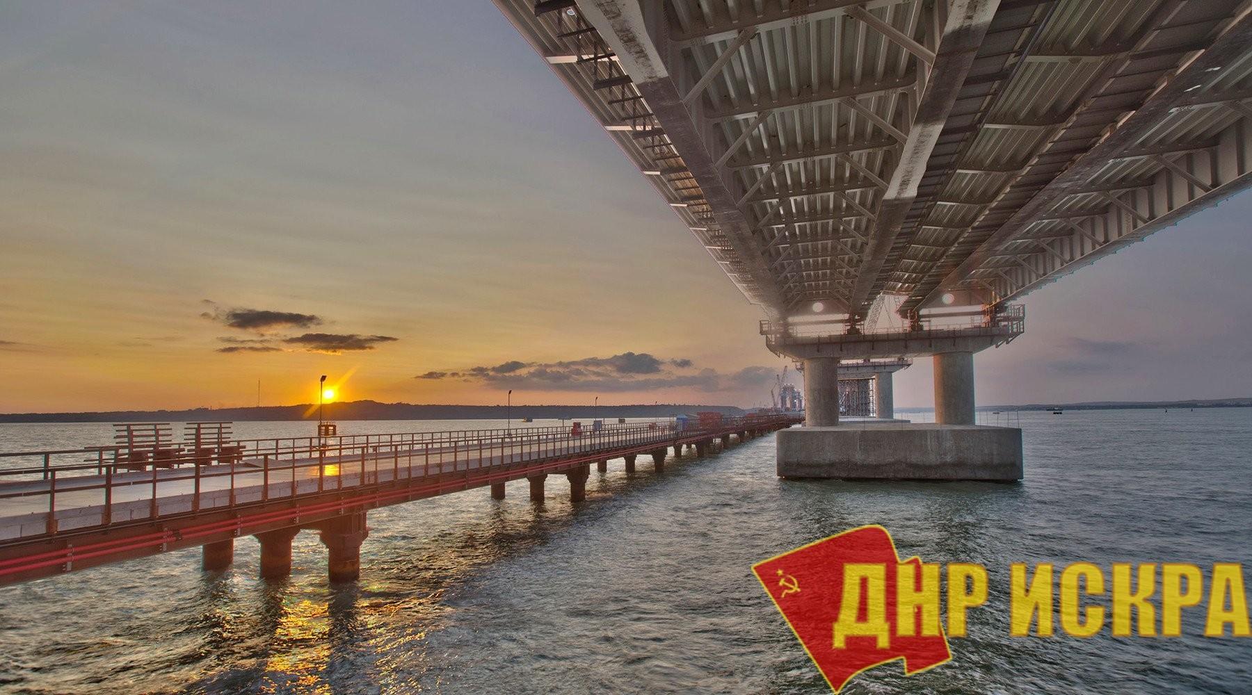 """А """"Украинские партнеры"""" хотели надувными лодками таранить... Плавучий кран врезался в Крымский мост"""
