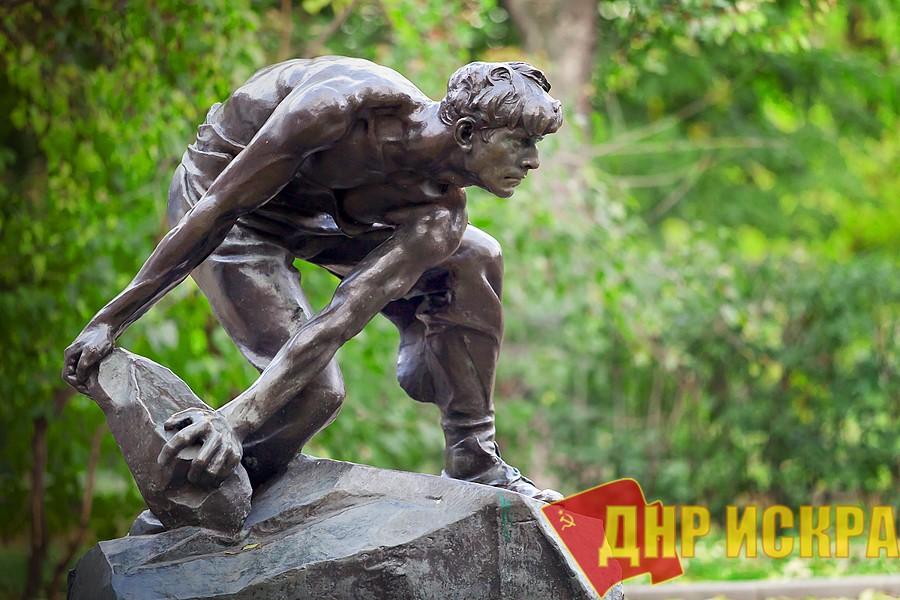 Нам логичнее нести булыжник к броневику Ленина, который, как Вы помните, имеет имя «Враг Капитала». Власти отказали в проведении в Ленинграде акций в день революции