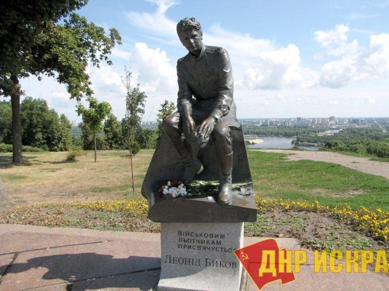 Расчеловечивание при капитализме: В Киеве возле памятника Быкову подхоронили труп убитого ребенка