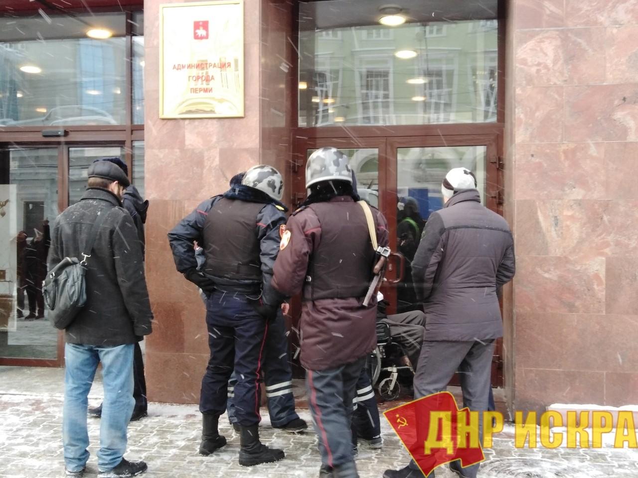 Пермь: Инвалид, оставшийся без средств к существованию, приковал себя к зданию Гордумы