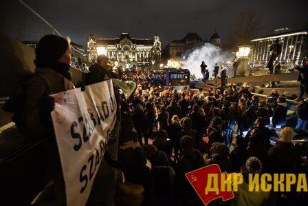 Митинг у здания парламента в Будапеште