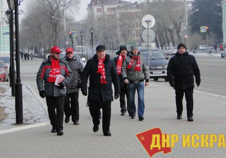 Амурские коммунисты вручили губернатору подписи против «мусорной реформы»