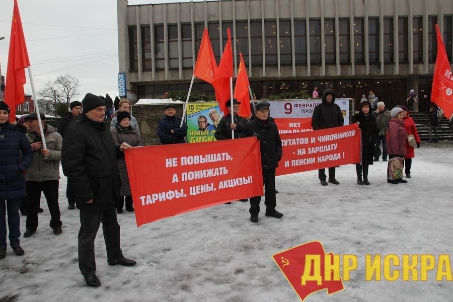 «Не повышать, а понижать тарифы, цены, акцизы!». Митинг калининградских коммунистов