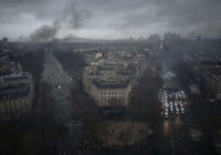 Во Франции продолжаются массовые многотысячные протесты трудящихся.