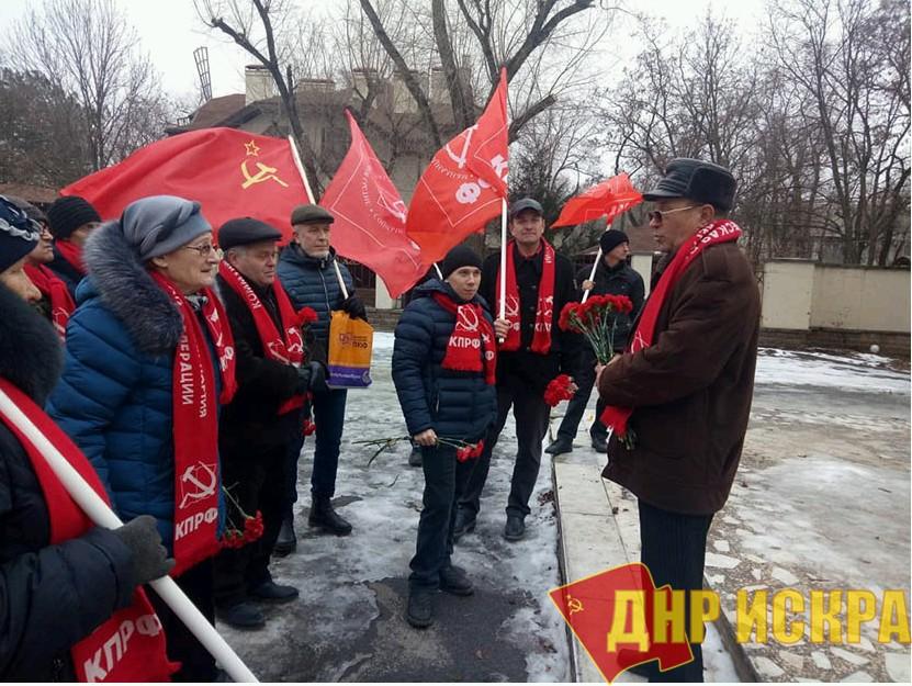 Коммунисты Волгодонска возложили цветы к памятнику В.И. Ленину