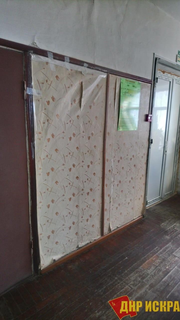 Холмские медики сдерживают обрушение обоев в больнице с помощью скотча