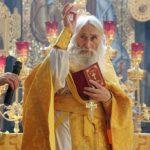 Духовник патриарха на службе благословил только VIP-прихожан. Остальных граждан схиархимандрит к себе не пустил