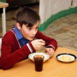Мальчик из бедной семьи доедал за одноклассниками остатки школьных обедов