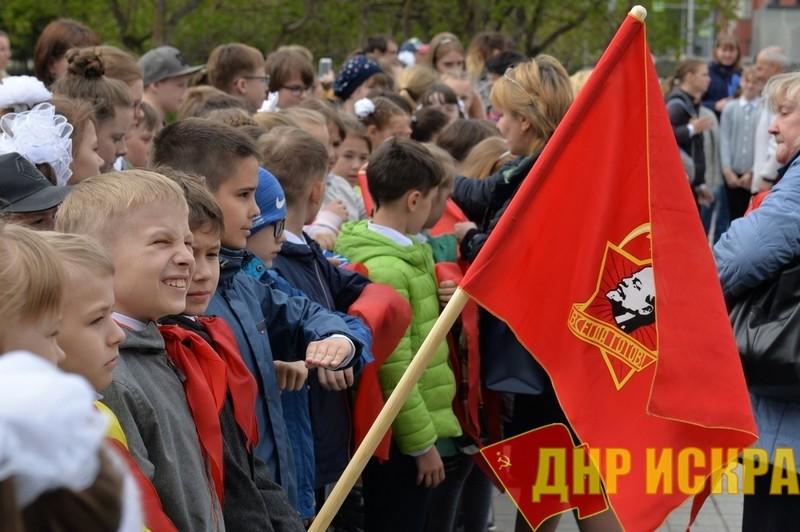 «Пионер — значит первый!»: Более 500 новосибирским школьникам повязали красные галстуки