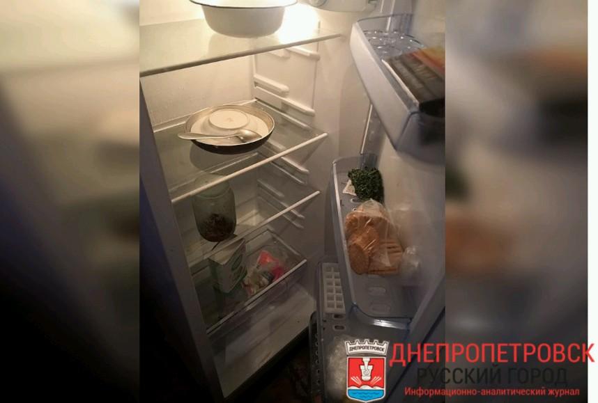 Так выглядел холодильник бабушки в день нашего неожиданного визита. На 6 тысяч пенсии — не густо. А морозилка была совершенно пуста. Фото: Юлия АНДРИЕНКО