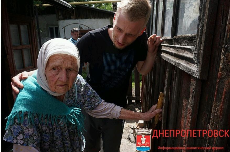 Бабушка выглядит испуганной, говорит с нами откровенно только тогда, когда рядом нет Лены. Фото: Юлия АНДРИЕНКО