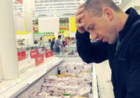 Росстат: почти половине семей в России денег хватает только на еду и одежду