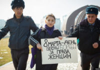 Участница акции в защиту прав женщин в Бишкеке 8 марта 2020 года
