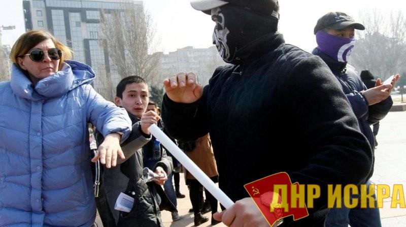 Протестующие женщины и националистические молодчики в Бишкеке