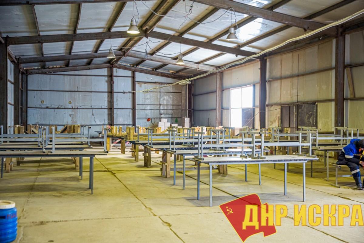 В помещении столовой для рабочих грязно и холодно. Фото: ИА PrimaMedia