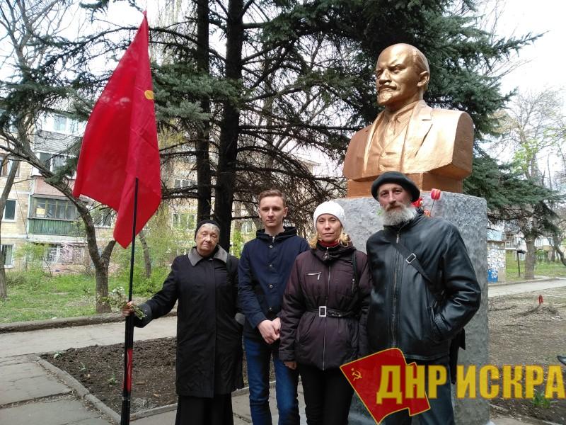 Коммунисты КПДНР Буденновского райкома г. Донецка провели акцию «Красная гвоздика — Ленину»