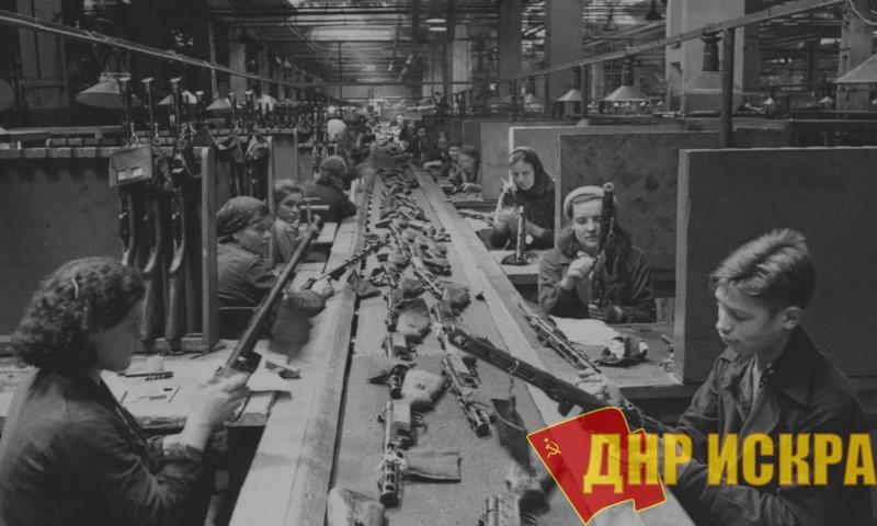 Конвейер сборки автоматов ППШ-41 на заводе имени Сталина в Москве, 1942 год