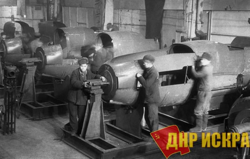 Сборка корпусов самолетов Як-7 на авиационном заводе № 82 в Москве, 1943 год