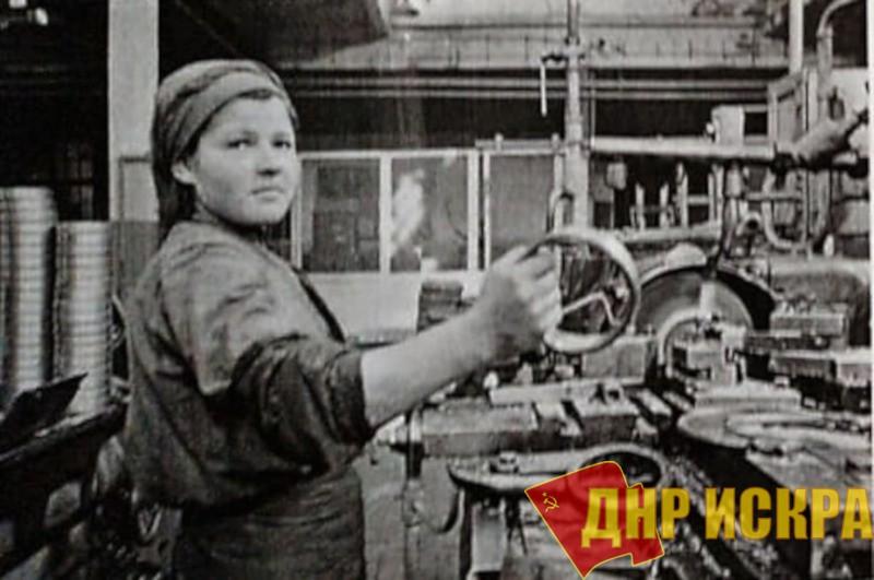 Стахановка  токарь Н.А.Снеткова в цехе завода  «Станкоконструкция» работой на станке