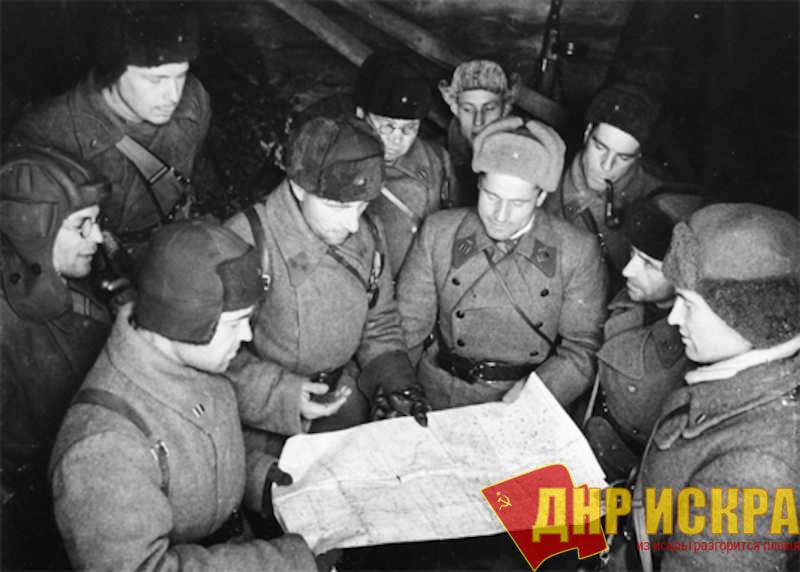 Генерал-майор Михаил Ефимович Катуков с офицерами у карты. Зима 1941-1942 года