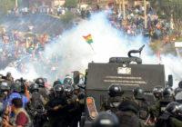 Столкновение полиции со сторонниками Эво Моралеса во время акции протеста против временного правительства (AFP через Getty Images)