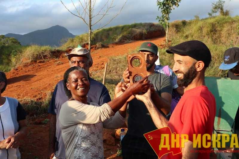 Поселенцы демонстрируют агроэкологический кирпич BTC (Блок уплотненной земли) — такие будут использоваться для строительства домов в PDS Освальдо де Оливейра. Фото: MST-RJ