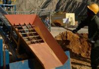 Бастующие рабочие золотых рудников требуют повышения зарплаты на 50%!