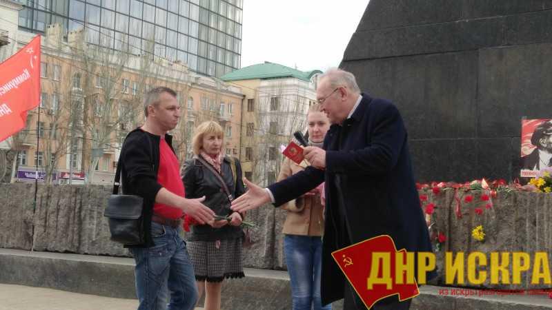 В ходе митинга Борис Литвинов вручил партийные билеты и памятные медали ЦК КПРФ.